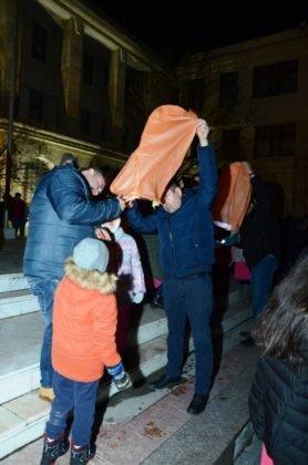 ora pamantului focsani lampioane 4 278x420 - GALERIE FOTO: Sute de lampioane lansate în centrul orașului. Focșaniul a sărbătorit Ora Pământului
