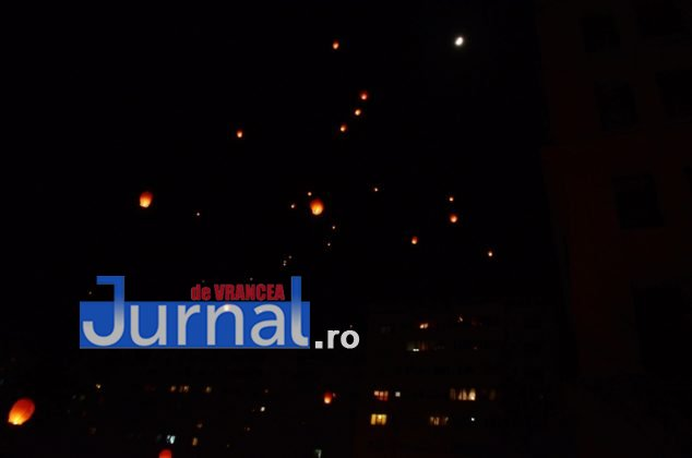 ora pamantului focsani lampioane 7 634x420 - GALERIE FOTO: Sute de lampioane lansate în centrul orașului. Focșaniul a sărbătorit Ora Pământului