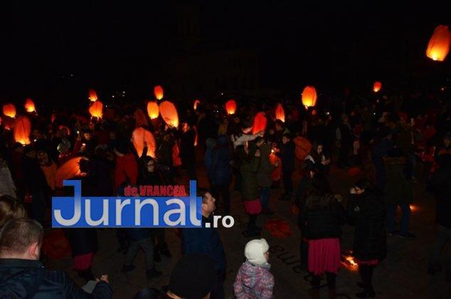 ora pamantului focsani lampioane 9 634x420 - GALERIE FOTO: Sute de lampioane lansate în centrul orașului. Focșaniul a sărbătorit Ora Pământului