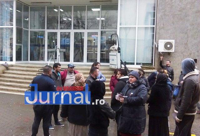 """romi protest primarie - ULTIMĂ ORĂ: Locatarii din blocul """"NATO"""", protest în fața Primăriei"""