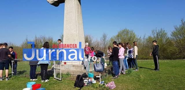 dumitresti plantare de puieti5 - FOTO: Plantări de primăvară la Dumitrești. O pădure de molizi se va ridica lângă Monumentul Eroilor