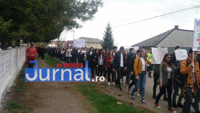 mars impotriva violentei elevi vidra4 - FOTO: Marș tăcut împotriva violenței la Vidra
