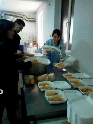 """o masa calda4 315x420 - FOTO: Angajații de la Ambulanță s-au alăturat proiectului """"O masă caldă"""""""