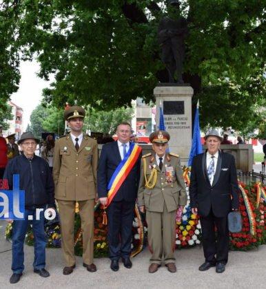 Ziua Eoilor 2018 55 386x420 - GALERIE FOTO: Martirii neamului românesc au fost omagiați la Monumentul Eroilor din Panciu