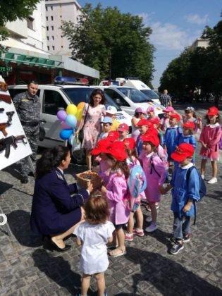 1 iunie politia romana2 315x420 - FOTO-VIDEO: De 1 Iunie, polițiștii au dat în mintea copiilor