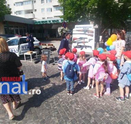 1 iunie politia romana6 443x420 - FOTO-VIDEO: De 1 Iunie, polițiștii au dat în mintea copiilor