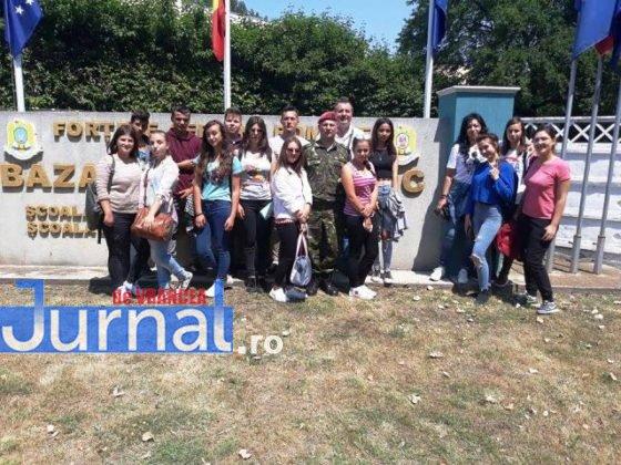 elevi vidra avion2 1 560x420 - GALERIE FOTO: Experiență inedită pentru un grup de elevi din Vidra! Au zburat cu avioanele militare