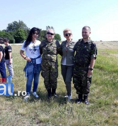 elevi vidra avion4 394x420 - GALERIE FOTO: Experiență inedită pentru un grup de elevi din Vidra! Au zburat cu avioanele militare
