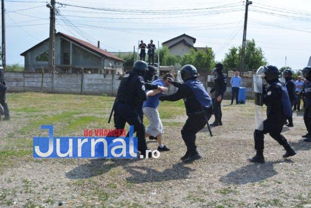 exercitiu penitenciar2 628x420 - FOTO: Revoltă la Penitenciarul Focșani! Vezi aici confruntarea dintre deținuți și jandarmi!