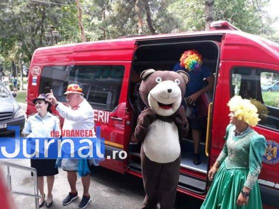 taxiul cu bomboane isu vrancea10 560x420 - FOTO: Scooby Doo, prințese și clovni, în vizită la pacienții de la pediatrie