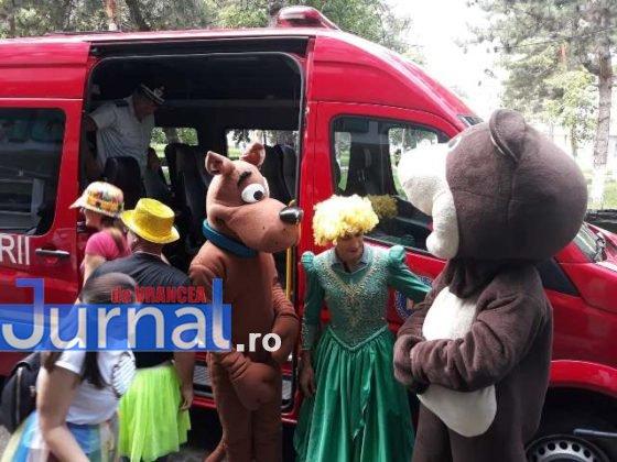 taxiul cu bomboane isu vrancea2 560x420 - FOTO: Scooby Doo, prințese și clovni, în vizită la pacienții de la pediatrie