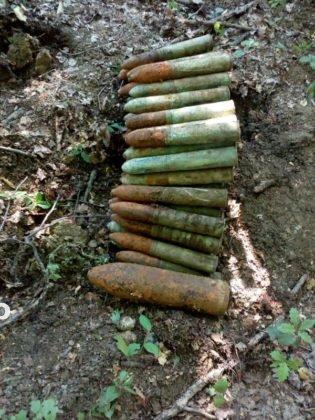 bombe vidra proiectile1 315x420 - FOTO: Depozit de muniție, descoperit la Vidra de un grup de căutători de comori