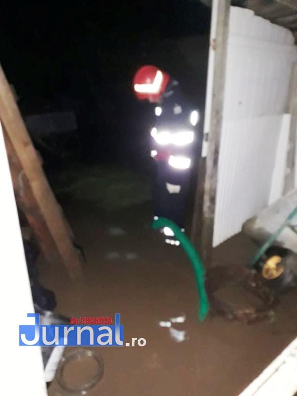 gospodarii inundate3 - FOTO: Gospodării inundate la Țifești și Vidra