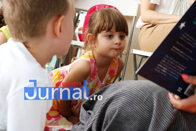 copil citind carte - Cursul gratuit de limba italiană pentru copii, la bibliotecă
