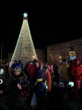 luminite craciun piata unirii focsani 7 315x420 - FOTO-VIDEO: Întrebarea serii la Focșani: unde e bradul de Crăciun?
