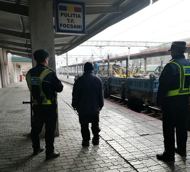 actiune politie gara 1 - FOTO: Pericol la Sihlea! Un bărbat a distrus mai multe semnale de dirijare a traficului feroviar