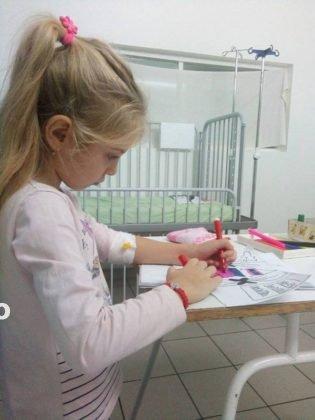 denisa savu3 315x420 - UMANITAR: Povestea Denisei, un copil bolnav care confecționează mărțișoare ca să plece la o clinică din străinătate