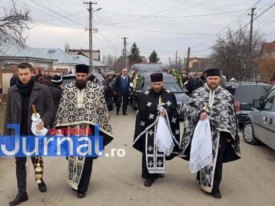 """inmormantare constantin chirita telu 4 560x420 - FOTO: Jale și lacrimi la Slobozia Ciorăști. """"Nea Telu"""" a fost condus pe ultimul drum"""