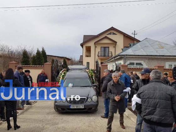 """inmormantare constantin chirita telu 6 560x420 - FOTO: Jale și lacrimi la Slobozia Ciorăști. """"Nea Telu"""" a fost condus pe ultimul drum"""