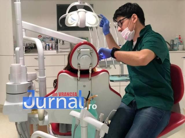 stomatologi Andrei si Radu Marinescu1 - FOTO: Doi frați dentiști tratează GRATUIT copiii cu probleme dentare, care provin din familii sărmane