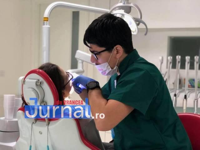 stomatologi Andrei si Radu Marinescu2 - FOTO: Doi frați dentiști tratează GRATUIT copiii cu probleme dentare, care provin din familii sărmane