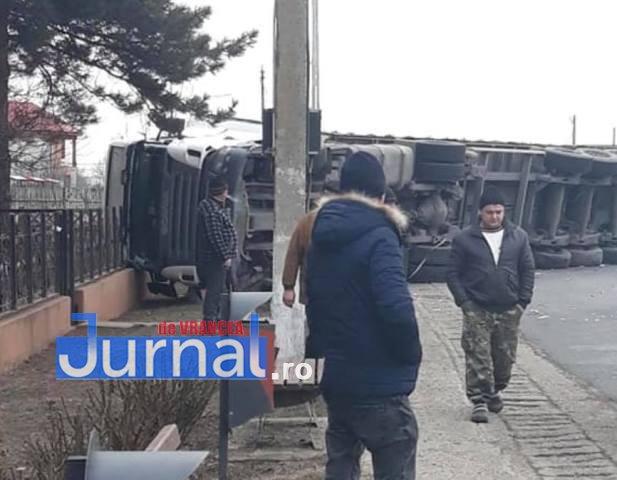 tir rasturnat garoafa - FOTO-ULTIMĂ ORĂ: Un tir s-a răsturnat la Garoafa