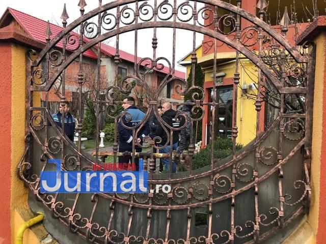 perchezitii focsani3 - FOTO-ULTIMĂ ORĂ: Intervenție cu mascați și jandarmi pe strada Unirea Principatelor, la traficanți de droguri