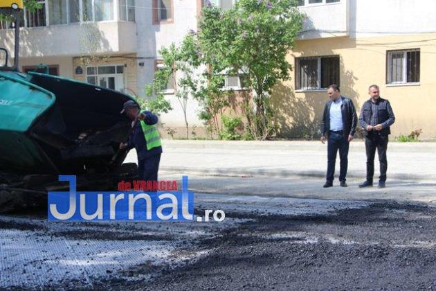 asfaltare srtada gh magheru focsani2 630x420 - FOTO: La muncă, deși bugetarii au liber! S-a turnat primul strat de asfalt pe strada Gheorghe Magheru