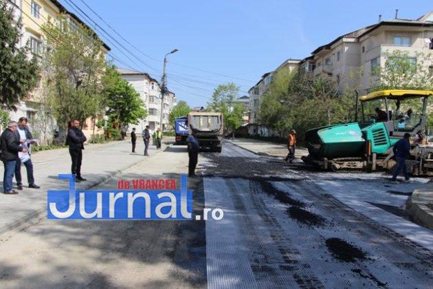 asfaltare srtada gh magheru focsani3 630x420 - FOTO: La muncă, deși bugetarii au liber! S-a turnat primul strat de asfalt pe strada Gheorghe Magheru