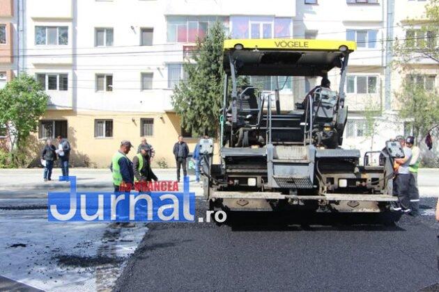 asfaltare srtada gh magheru focsani4 630x420 - FOTO: La muncă, deși bugetarii au liber! S-a turnat primul strat de asfalt pe strada Gheorghe Magheru