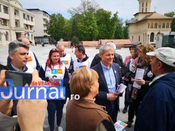 dacian ciolos focsani3 560x420 - FOTO-VIDEO: Dacian Cioloș, la Focșani. USR-PLUS, față în față cu alegătorii