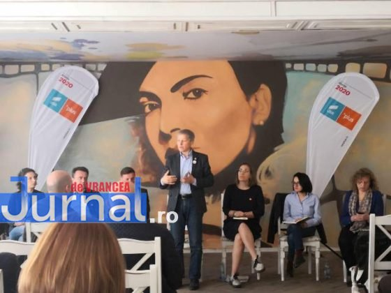 dacian ciolos focsani5 560x420 - FOTO-VIDEO: Dacian Cioloș, la Focșani. USR-PLUS, față în față cu alegătorii