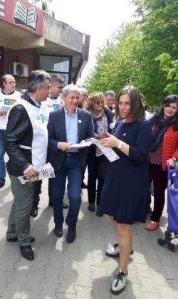 dacian ciolos focsani6 250x420 - FOTO-VIDEO: Dacian Cioloș, la Focșani. USR-PLUS, față în față cu alegătorii