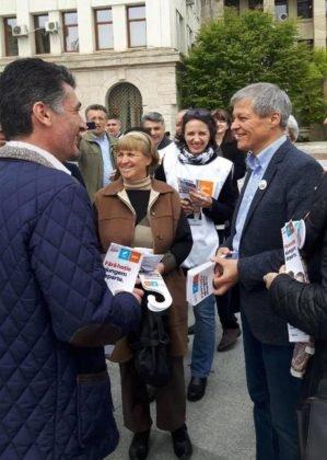 dacian ciolos focsani7 299x420 - FOTO-VIDEO: Dacian Cioloș, la Focșani. USR-PLUS, față în față cu alegătorii