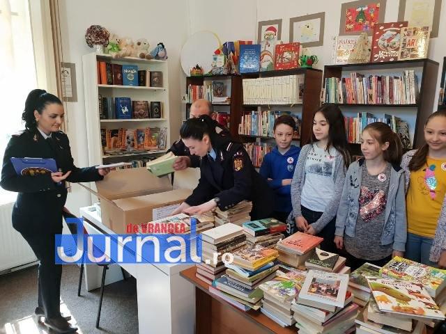 pompieri carti biblioteca odobesti1 - FOTO: Pompierii au salvat cititorii! De ziua cărții, ei au donat cărți bibliotecii din Odobești