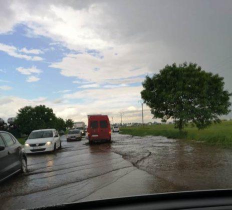 DN2 inundat rm sarat2jpg 463x420 - FOTO: DN2, inundat la ieșirea din județ, spre Buzău