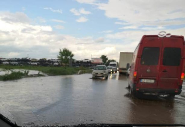 DN2 inundat rm sarat4 614x420 - FOTO: DN2, inundat la ieșirea din județ, spre Buzău