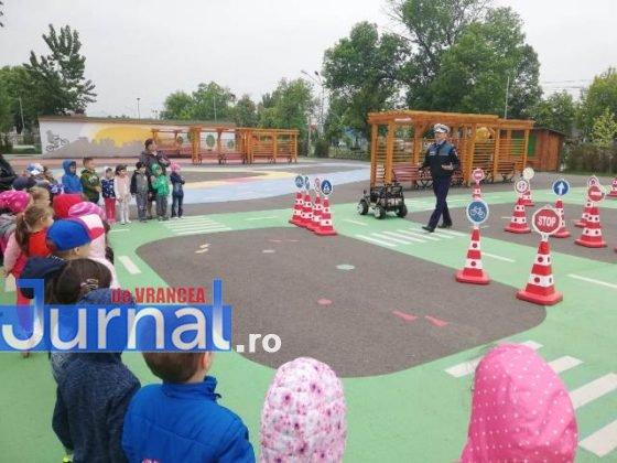educatie rutiera velo park2 560x420 - FOTO: Lecții pentru micii biciliști de la polițiști, la Velo Park