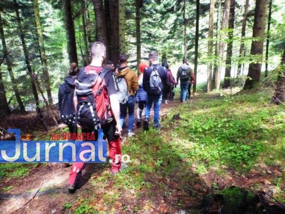 elevi salvati ceahlau munte salvamont1 560x420 - FOTO-ULTIMĂ ORĂ: 24 de copii din Adjud, salvați după ce au rămas blocați în masivul Ceahlău de vremea rea
