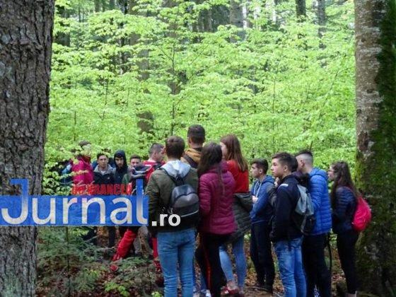 elevi salvati ceahlau munte salvamont3 560x420 - FOTO-ULTIMĂ ORĂ: 24 de copii din Adjud, salvați după ce au rămas blocați în masivul Ceahlău de vremea rea