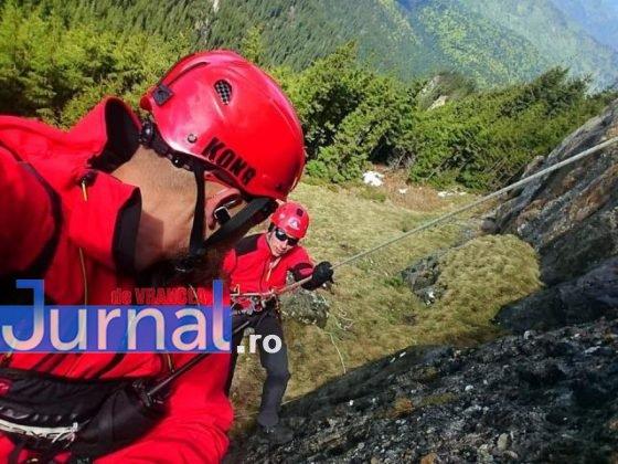 elevi salvati ceahlau munte salvamont4 560x420 - FOTO-ULTIMĂ ORĂ: 24 de copii din Adjud, salvați după ce au rămas blocați în masivul Ceahlău de vremea rea