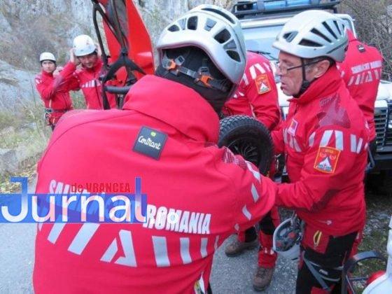 elevi salvati ceahlau munte salvamont5 560x420 - FOTO-ULTIMĂ ORĂ: 24 de copii din Adjud, salvați după ce au rămas blocați în masivul Ceahlău de vremea rea