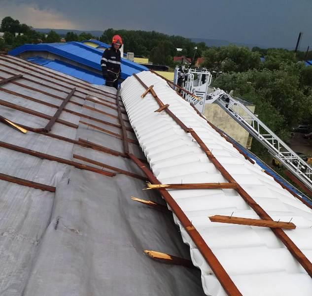 acoperis smuls de vant 1 - FOTO-ULTIMĂ ORĂ: Vijelia din Focșani a smuls un acoperiș în cartieul ANL din SUD