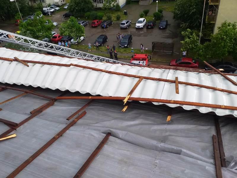 acoperis smuls de vant 3 - FOTO-ULTIMĂ ORĂ: Vijelia din Focșani a smuls un acoperiș în cartieul ANL din SUD
