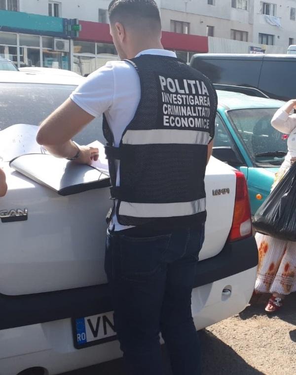 actiune piata moldovei tigari 1 - FOTO: Amplă acțiune a poliției în Piața Moldovei. Ce au descoperit polițiștii