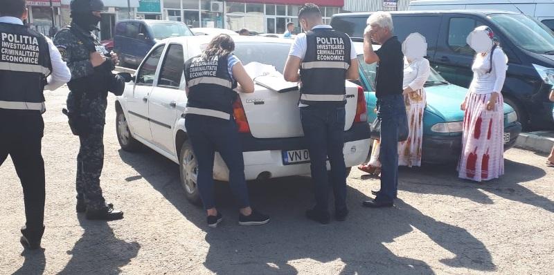 actiune piata moldovei tigari 3 - FOTO: Amplă acțiune a poliției în Piața Moldovei. Ce au descoperit polițiștii