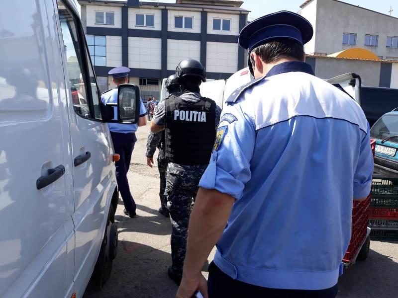 actiune piata moldovei tigari 4 - FOTO: Amplă acțiune a poliției în Piața Moldovei. Ce au descoperit polițiștii