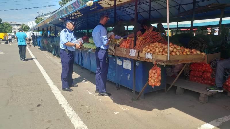 actiune piata moldovei tigari 6 - FOTO: Amplă acțiune a poliției în Piața Moldovei. Ce au descoperit polițiștii