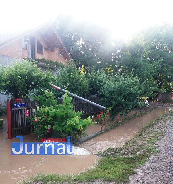 curte inundata urechesti 2 - ULTIMĂ ORĂ: Două curți și o anexă din Urechești inundate de apa căzută de pe versanți