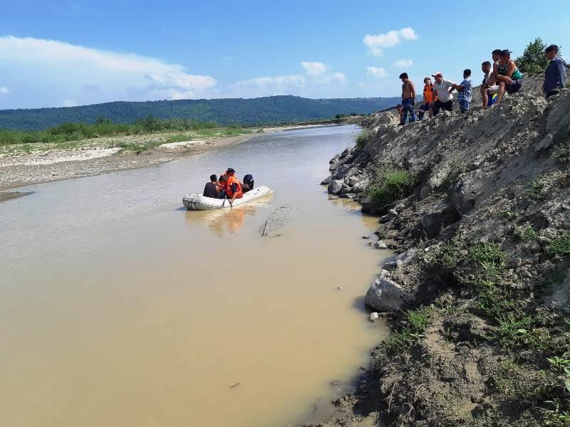 inecat trotus 2 - FOTO-ULTIMĂ ORĂ: Un tânăr de 17 ani s-a înecat în râul Trotuș
